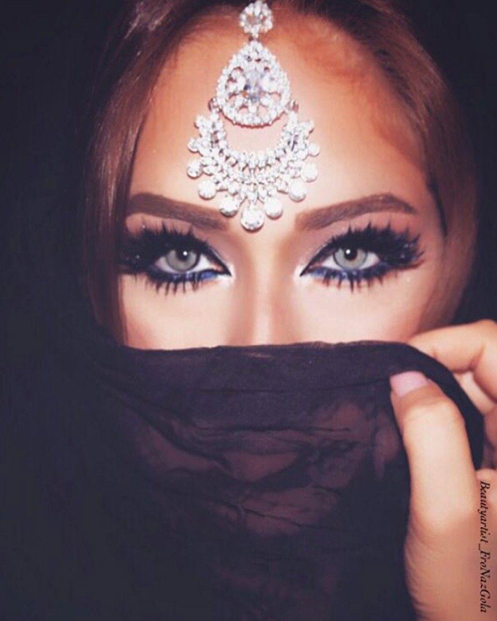 Muznah Maang Tikka   Arabisch ogen, Arabische prinses, Visagie