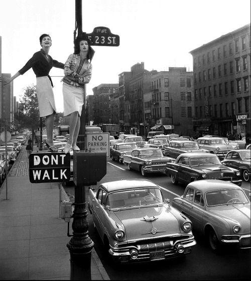 De ruana el tráfico se pusieron las damiselas, en la lente deWilliam Helburn (1958).