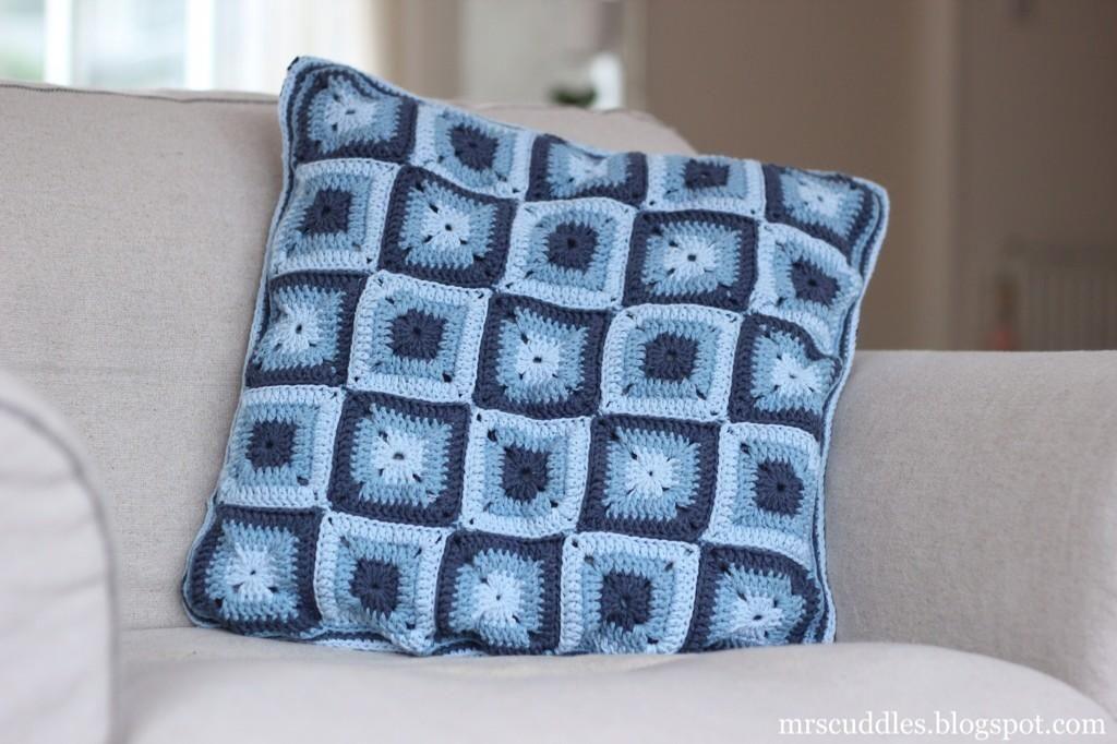 Made a solid granny square pillow with @Garnstudio Drops Paris Denim! Love the colours!