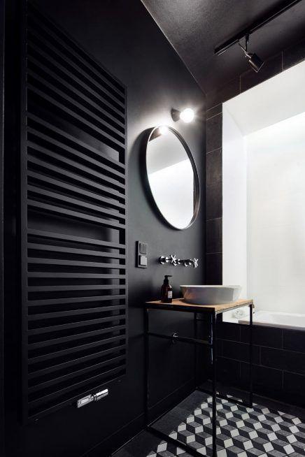 Zwarte badkamer met beroemd kunstwerk aan plafond | Interiors, Bath ...