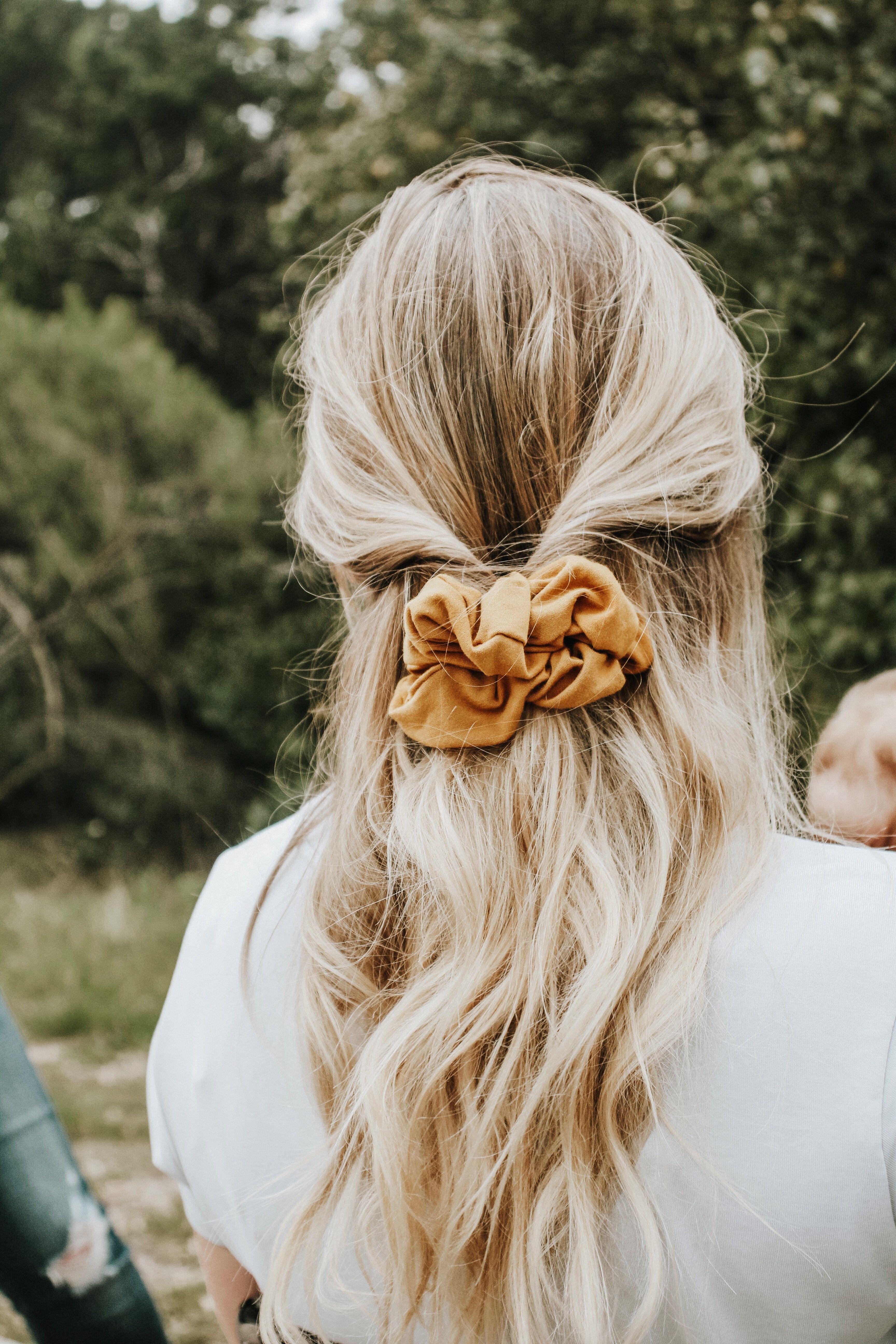 15 Scrunchie Hairstyles - How To Wear a Scrunchie, scrunchie bun, scrunchies, scrunchie hairstyles curly hair,how to use a scrunchie to make a bun