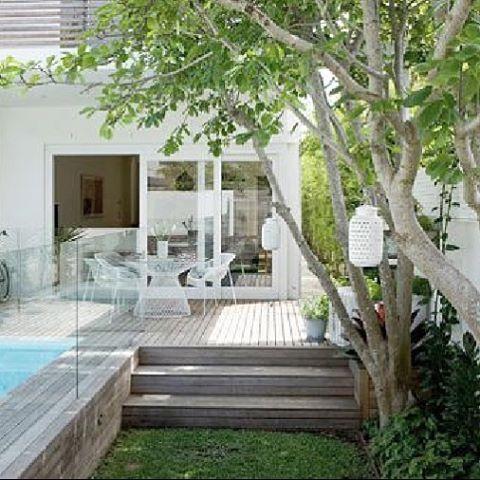 Different levels for something different 🌿 #landscapedesign #exteriordesign #exterior #outdoors #outdoor#landscapearchitecture #garden #gardeninspiration #deck #pool 📷 via shelterness.com