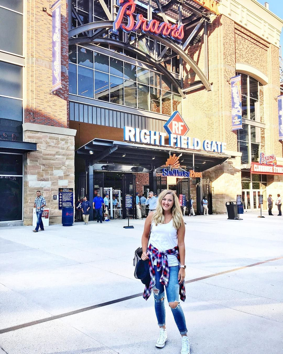 Atlanta Braves What To Wear To A Baseball Game Ripped Jeans White Converse Team Colors Plaid Flannel Baseball Game Outfits Atlanta Braves Baseball Games