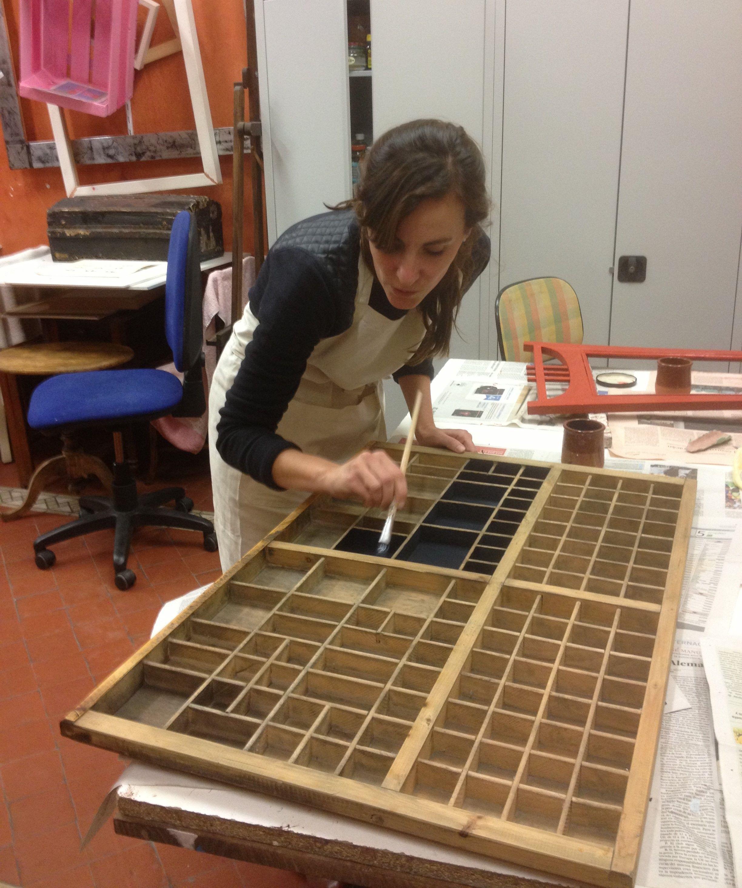 Marta Est Reciclando Un Caj N De Imprenta Antiguo Lo Utilizar  # Muebles Dedales