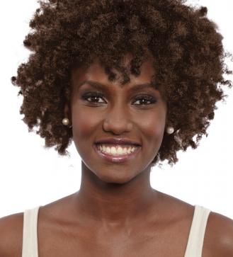 Dark & Lovely Color 386 Brown Sugar ~ Coloración super hidratante.  / Sistema acondicionador ultra-rich. / Color mucho más duradero. / Nutre y acondiciona el cabello / Restaura las proteínas / Aspecto más saludable. ~ #Afro #Curly #DIY #Castaño ~ #Sofiablack.com