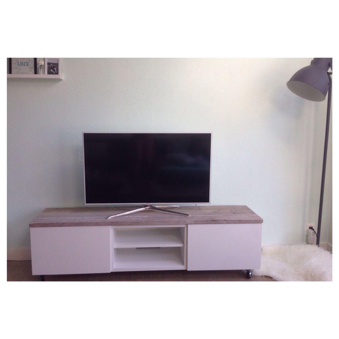 Ikea Tv Meubel Op Wieltjes.Ikea Hack Tv Meubel Besta Met Daarop Steigerhouten Planken En Aan