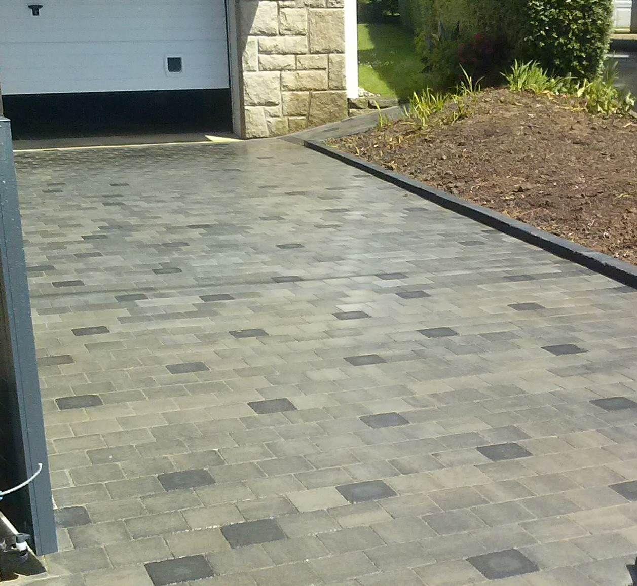 Entr e de garage en pav s gris avec incrustation de pav s plus fonc s et bordures en b ton d co - Entree de garage en pave ...