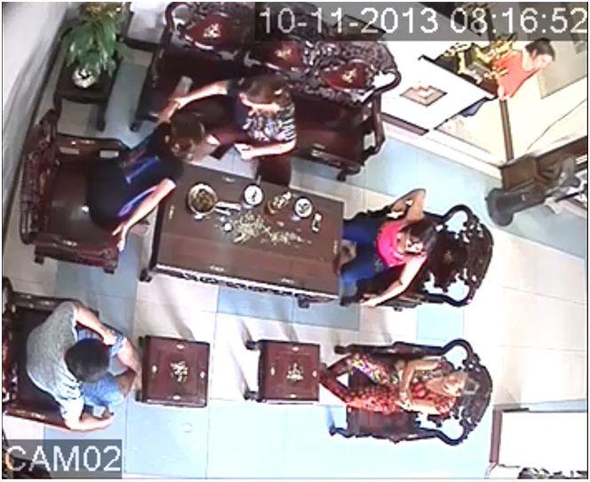 Tại Lấp Vò – Đồng Tháp, cơ quan chức năng đang giải quyết vụ một chủ tiệm vàng kéo người đến nhà con nợ, thấy có sấp tiền trước mặt liền chụp lấy và mang về. http://cameraquansat.tv/vi/nuc-cuoi-chuyen-con-no-kien-chu-no