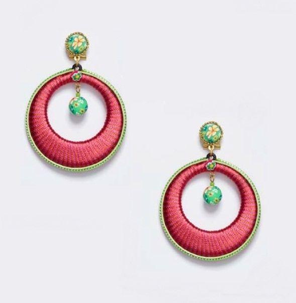 5e384add926d Pendiente de flamenca. Aro pequeño en color rosa capote y detalle en verde  con engarce en dorado.