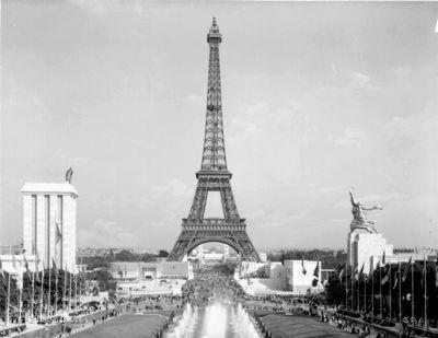 la Torre Eiffel:  Y como ocurre en casi todas las grandes obras de arquitectura, tuvieron que ser muy afortunados los planteamientos que acompañaron a este proyecto para que pudiera llegar a coger cuerpo. Todavía resulta más sorprendente pensar cómo toda esta aventura se pudo llevar a cabo en un país metido en plena guerra civil,