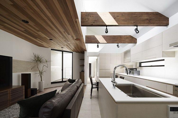 Cucina moderna e contrasti fra il legno scuro e le pareti bianche ...