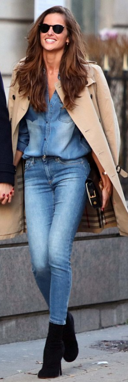 Who made Izabel Goulart's tan trench coat?