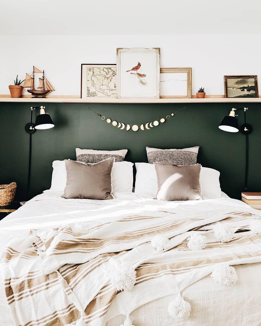 Groen: haal de natuur in huis. Groen werkt, net als de natuur buitenshuis, helend en activerend. Daarbij moet opgemerkt worden dat een interieur met alleen maar groen al snel saai oogt. Combineer het daarom met andere ´koele´ kleuren zoals blauw. Of juist met stoere materialen zoals hout, natuursteen of roestvrij staal.  * * * Credits: @kirsten.diane * * * #tbt #throwbackthursday #inspiratie #interieur #meubels #slaapkamer #bedroom #pillows #slaapkamerideeen