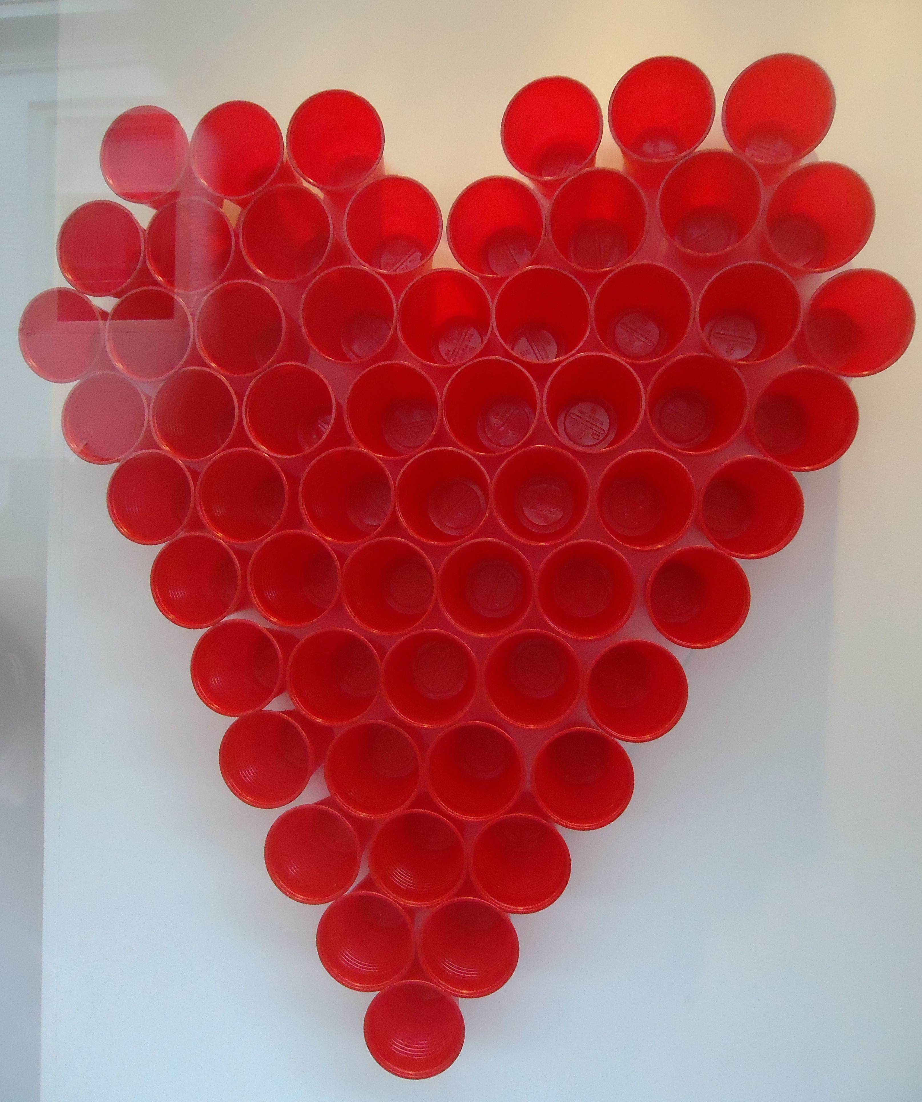 Un coraz n hecho con vasos reciclables pinta los vasos - Manualidades con vasos ...