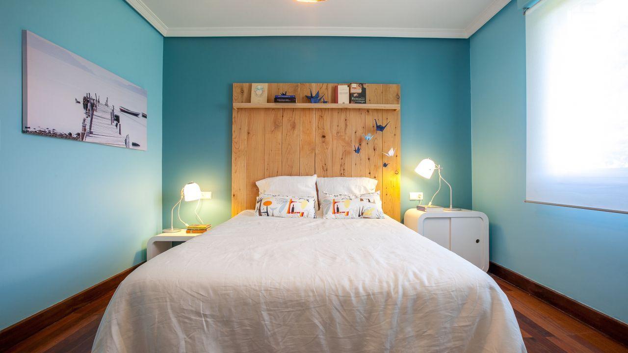 Dormitorio de matrimonio azul y blanco cabecero for Programa para decorar habitaciones online