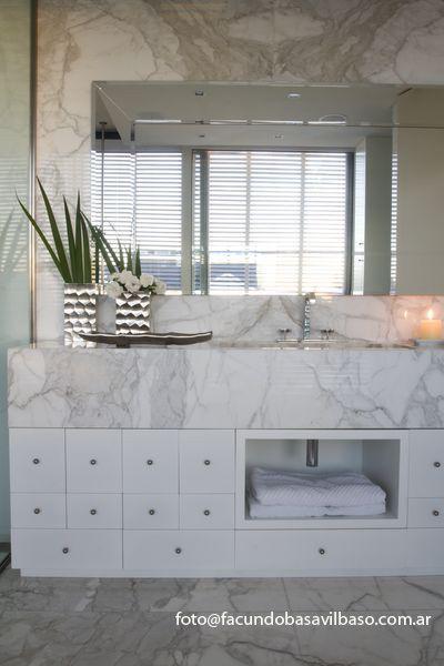 Casa cubo ba o principal mesada y revestimiento en marmol calacata dorado griferia citterio - Revestimiento para bano ...