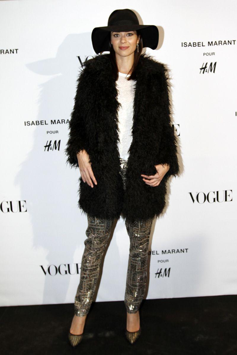 Dafne Fernández, con pantalones dorados y  abrigo de pelo negro, de Isabel Marant para H&M.