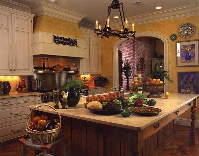 Cocina del viejo mundo con las paredes amarillas, blancas y muebles ...