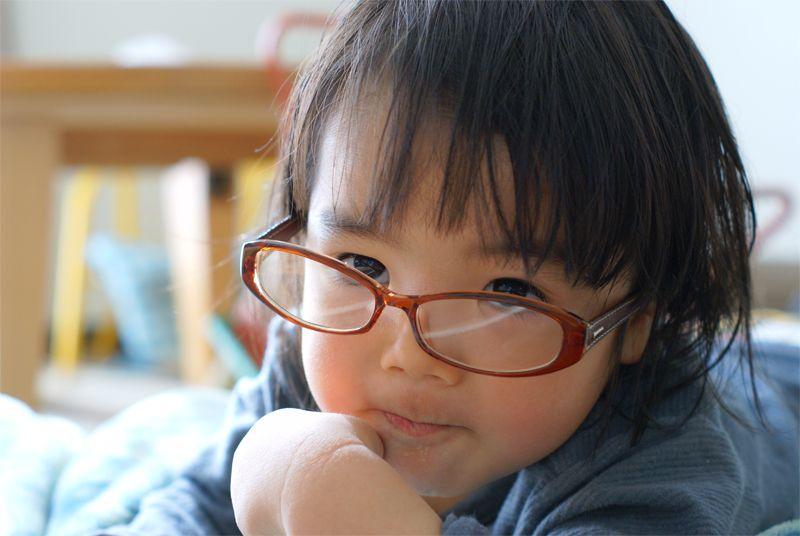 我が家の三男坊です。ママの眼鏡をかけて、おすましポーズ。いつもより賢そうに見えました。(ニックネーム:hanaさん)