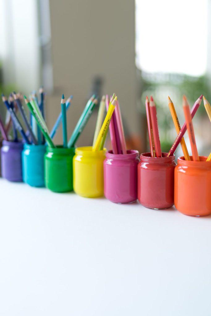 Photo of Upcycling & DIY-Idee für den Bastelbereich: Farbige Stiftehalter basteln