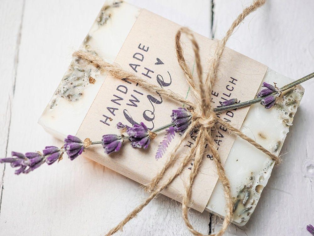 DIY Gastgeschenk für Hochzeit: Lavendelseife selber machen | Hochzeitsblog The Little Wedding Corner