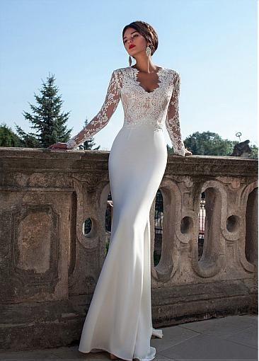 hermoso vestido con tela lisa en la parte de abajo y encaje que