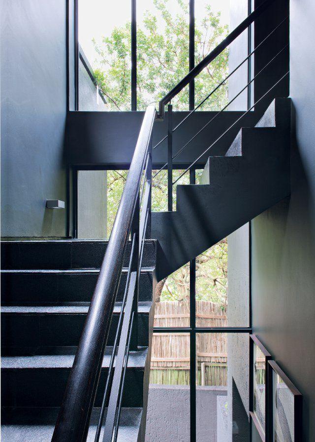 Un escalier noir éclairé par des baies vitrées Passion