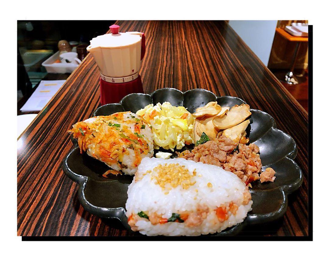晚餐隨便吃,櫻花蝦飯糰跟打拋豬飯糰^_^