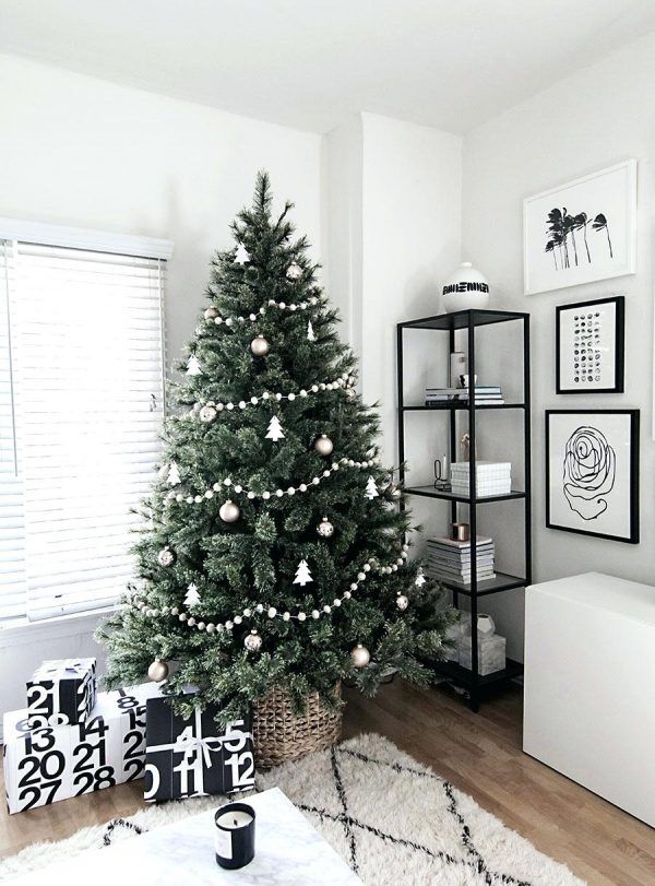 Scandinavian Style Christmas Decorations In 2020 With Images Scandinavian Christmas Trees Minimalist Christmas Tree Minimal Christmas