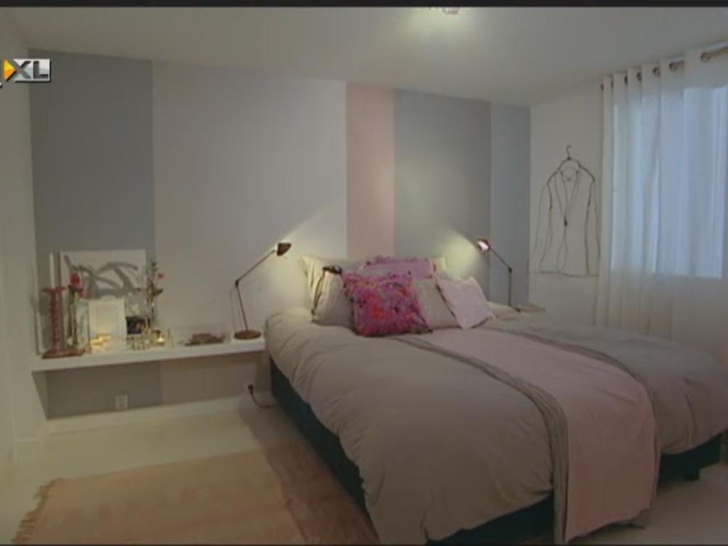 Slaapkamer met plank ipv nachtkastjes, ontwerp en styling door Piet ...