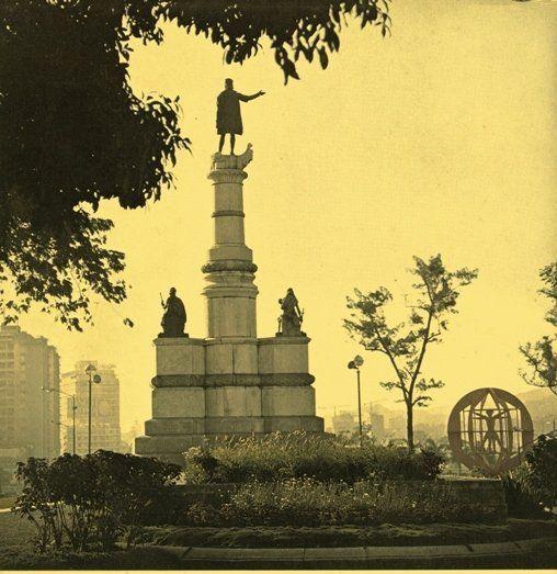 Caracas, estatua de Cristobal Colon entre la Plaza Venezuela y el parque Los Caobos.