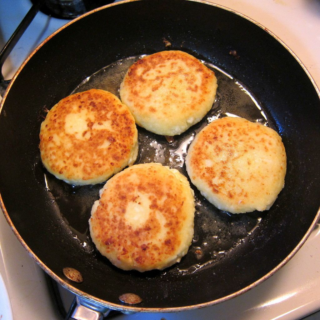 Syrniki recipe russian cheese pancakes recette yummy looking things pinterest - Cuisine traditionnelle russe ...