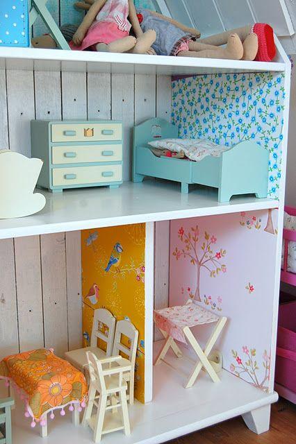 ¿Tu peque disfruta de una casa de muñecas? Puede que el papel pintado de las paredes de esta gran casa de madera te inspire.   Vía: borgh...