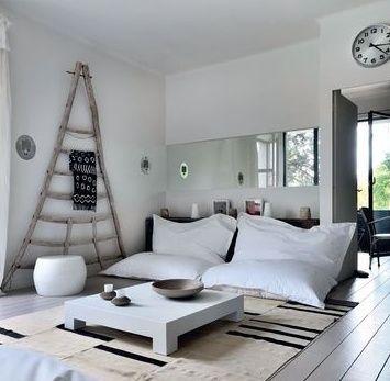 interior design in weiß für modernes wohnzimmer mit sitzkissen und