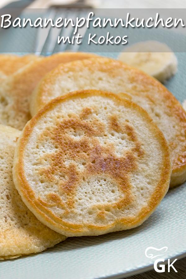 Diese exotischen Pfannkuchen lassen sich aus nur drei Zutaten kinderleicht zubereiten. Das Rezept ist vegan und kommt zudem ganz ohne Zucker aus. #bananenpfannkuchen #kokos #pfannkuchen #lecker #einfach #rezept