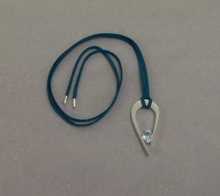 Pingente prata 950, topázio azul, cordão em camurça com ponteira em prata