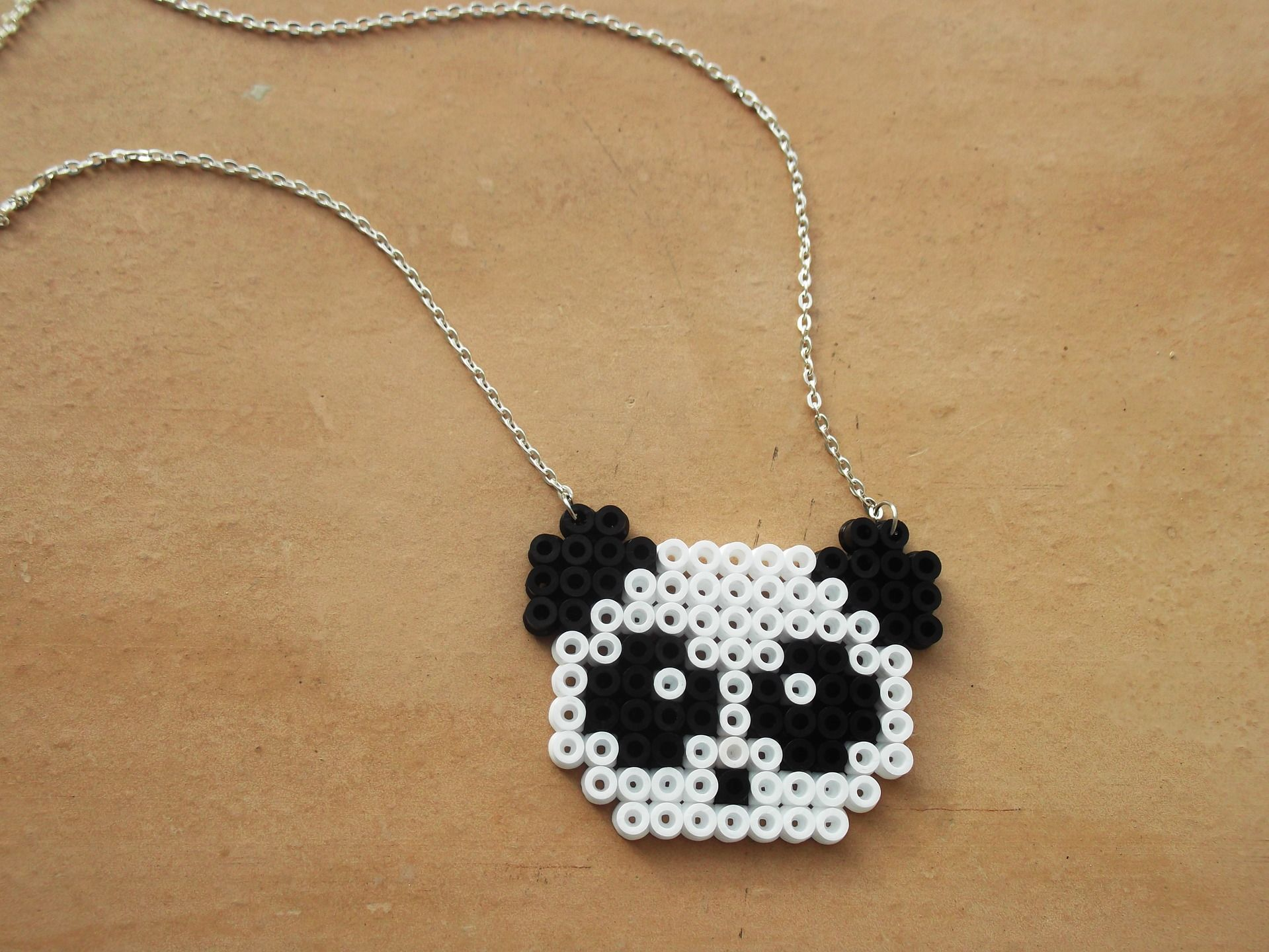 collier petit panda en perles repasser pixel art collier par mademoisellekoala bijoux. Black Bedroom Furniture Sets. Home Design Ideas