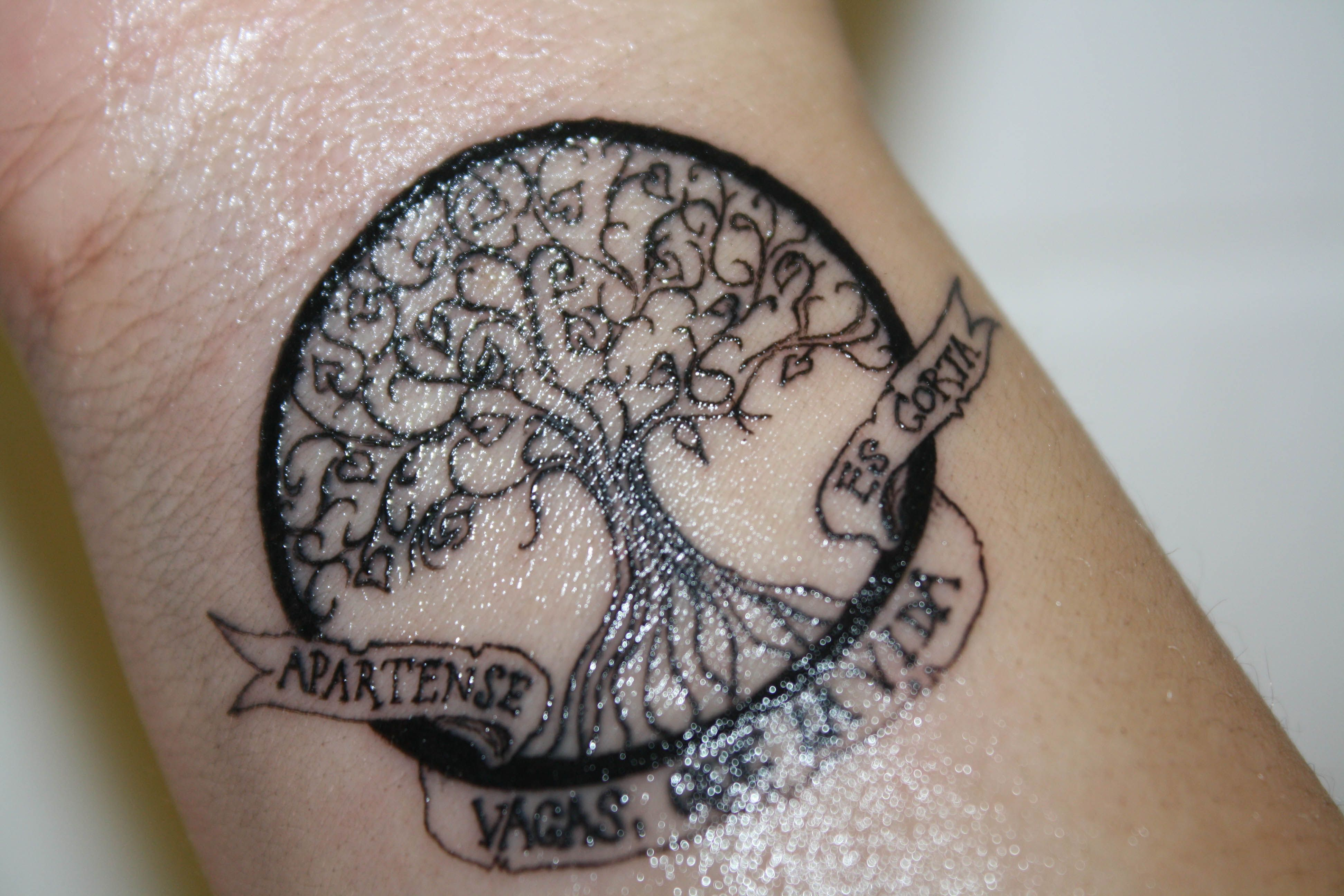 "Tatuaje en mi muñeca inspirado en el libre Cien años de soledad de Gabriel García Marquez (uno de mis libros favoritos). El árbol de la vida y la frase ""Apártense vacas que la vida es corta"". A hundred years of solitude wrist tattoo. A tree with the quote ""Cease, Cows 