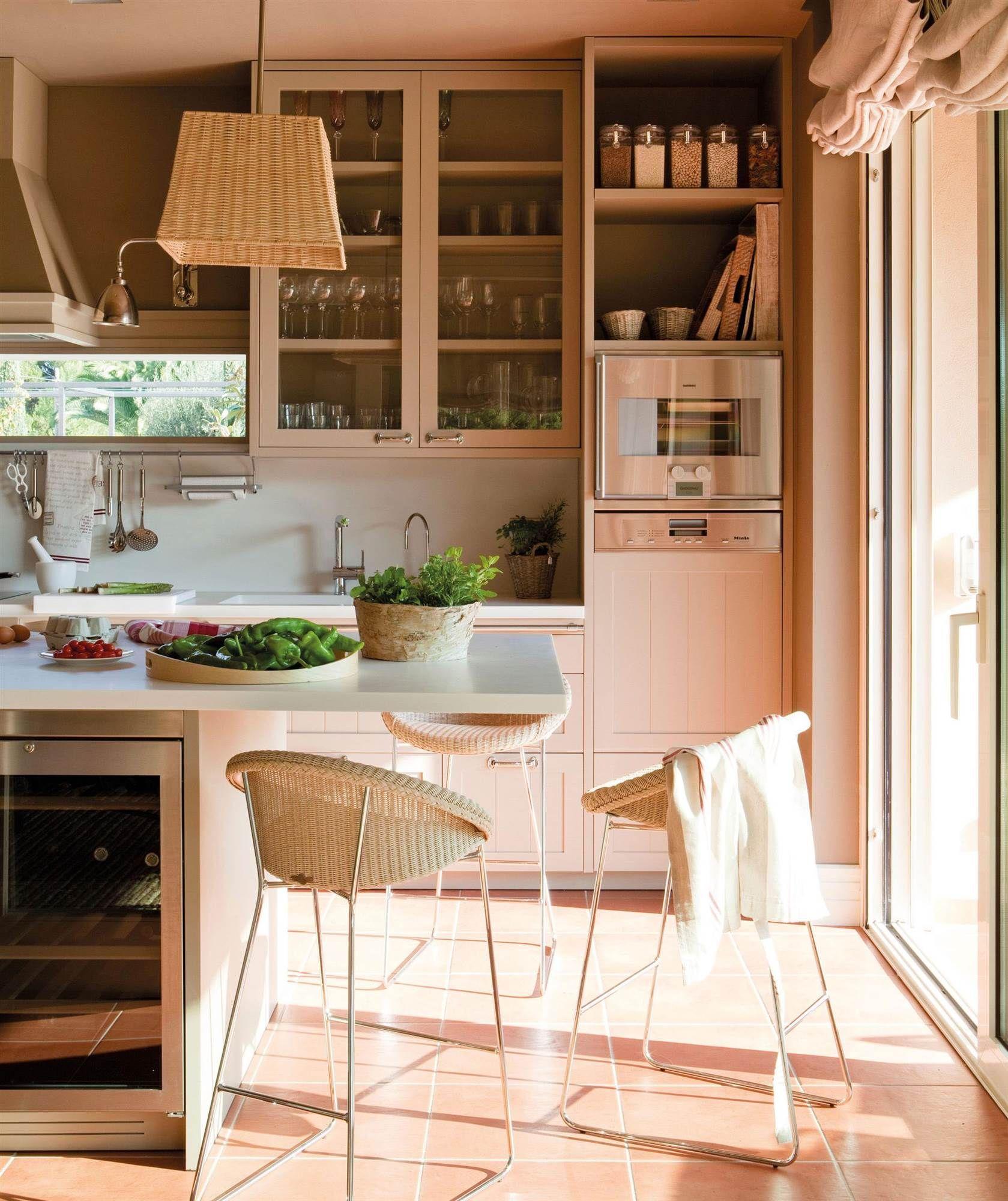Cocina color crema con lavavajillas panelado y vinoteca_00340850 ...