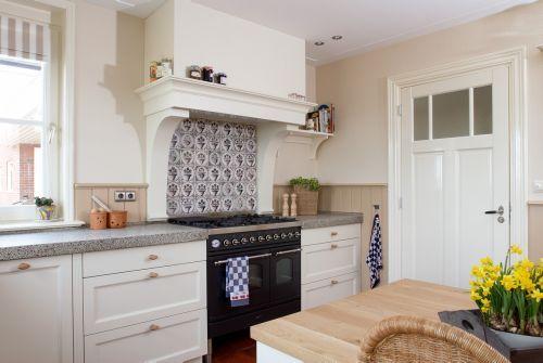 Keuken Landelijk Creme : Witte landelijk klassieke keuken met eiland buffetkast fornuis
