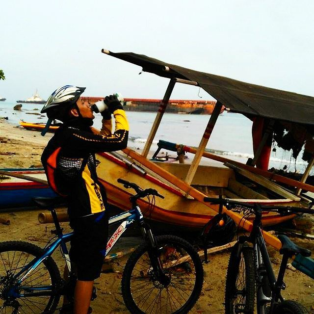 morning guys! so What is your favorite drink when you're cycling? I prefer to drink hot tea more than coffe :) || thanks to @khafkadaffa3552 for sharing your moment with #pacificbikerider :D  #pacificbikes #sepeda #sepedagunung #mountainbike #mtbindonesia #hardtail #crosscountry #offroad #sand #beach #ship
