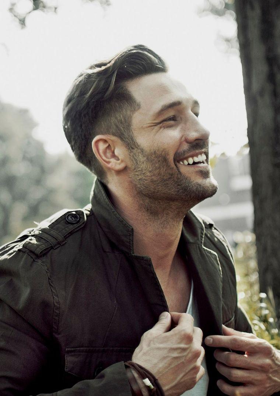 Come Regolare La Barba Corta Uomo Sorridente Con Capelli Rasati Ai