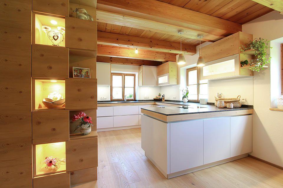Moderne Kuche Mit Holznischen Oberschranke In Fichtenholz Und