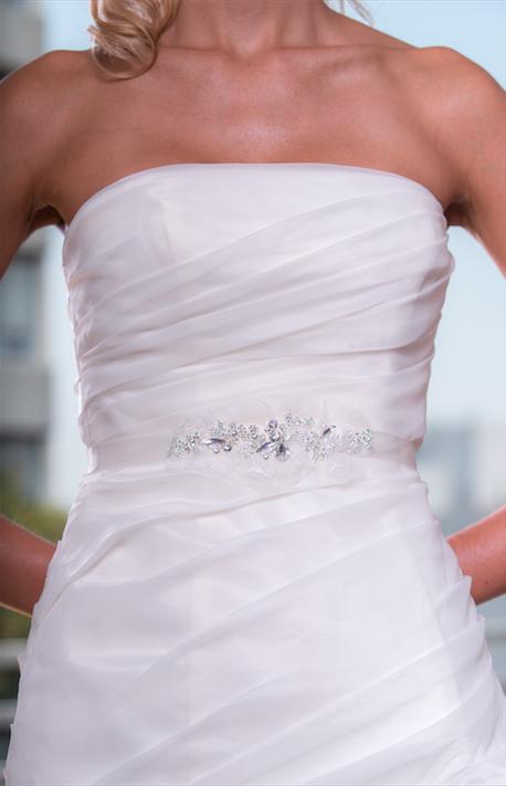 Este cinturón es ideal para acentuar la cintura y para darle un toque elegante y sutil a tu vestido de novia.