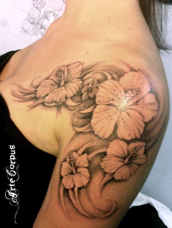 Tatouage hibiscus arte corpus arte corpus tatoo for Hibiscus flower tattoo shoulder blade