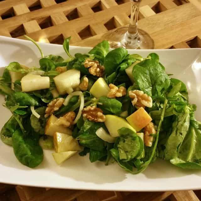 Feldsalat mit Birne, Apfel und Walnuß | Ist das vegan oder kann das weg?
