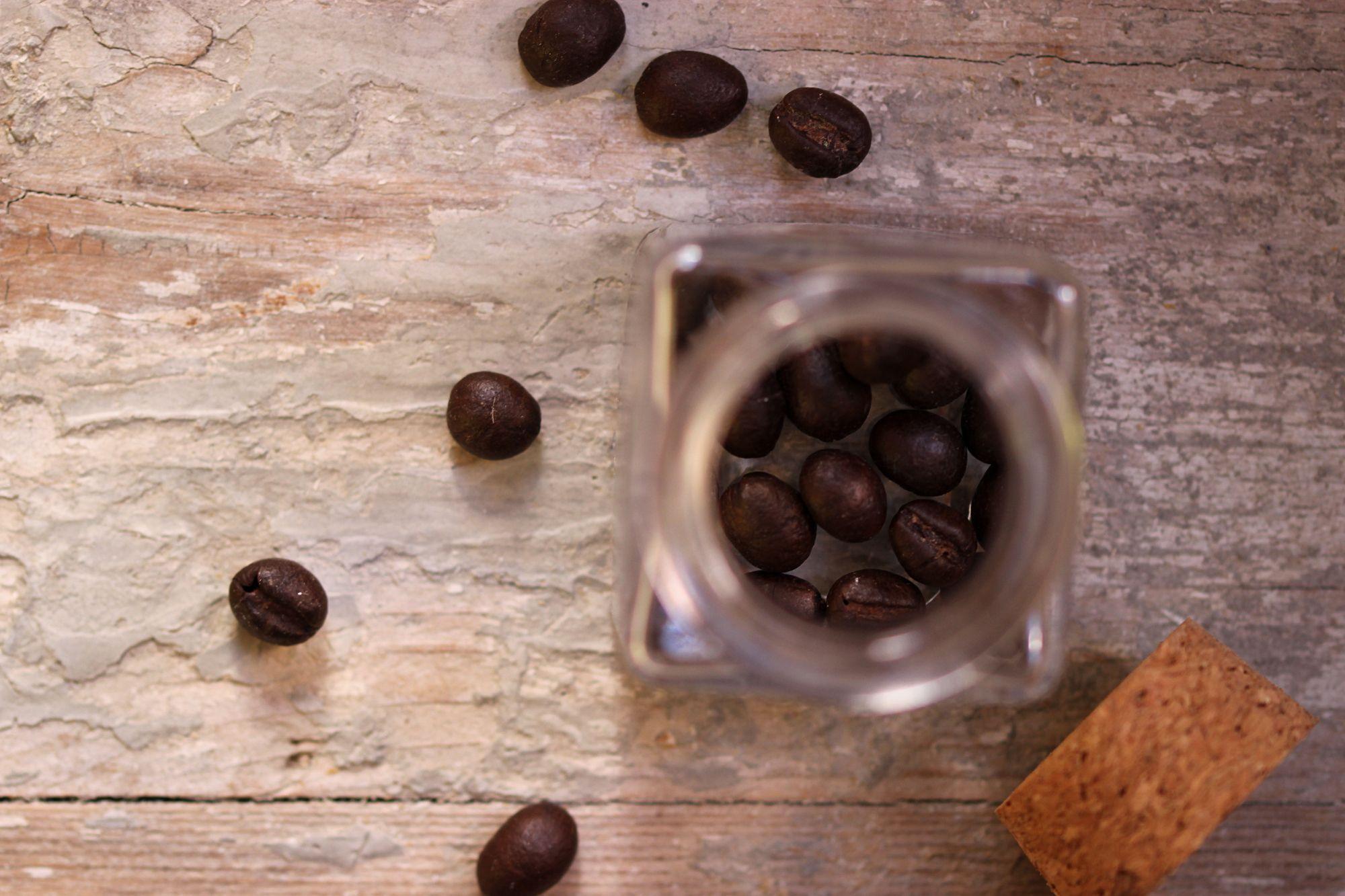 Pensare al caffè in cucina esclusivamente come bevanda è altamente riduttivo. Oltre a essere un ottimo ingrediente per la preparazione di dolci in pasticceria, è sempre più apprezzato il suo impiego all'interno di piatti salati, soprattutto nell'alta cucina.