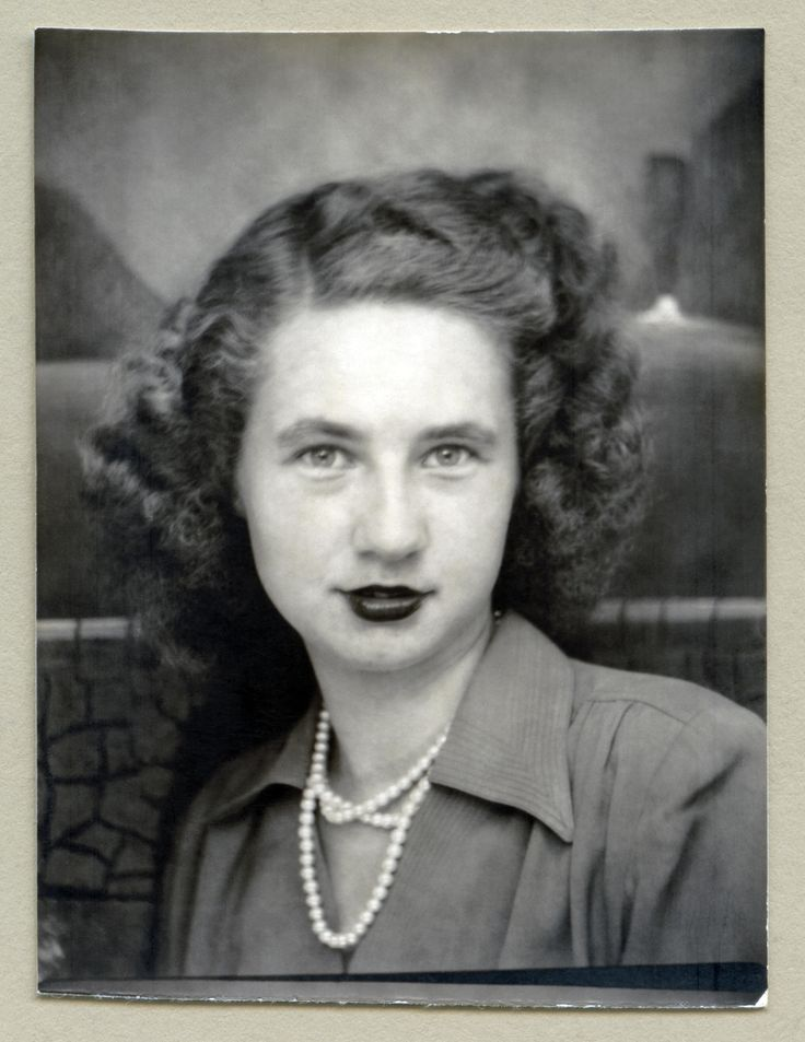Photo Booth 1940s image of a pretty girl with curly 1940s hairstyle