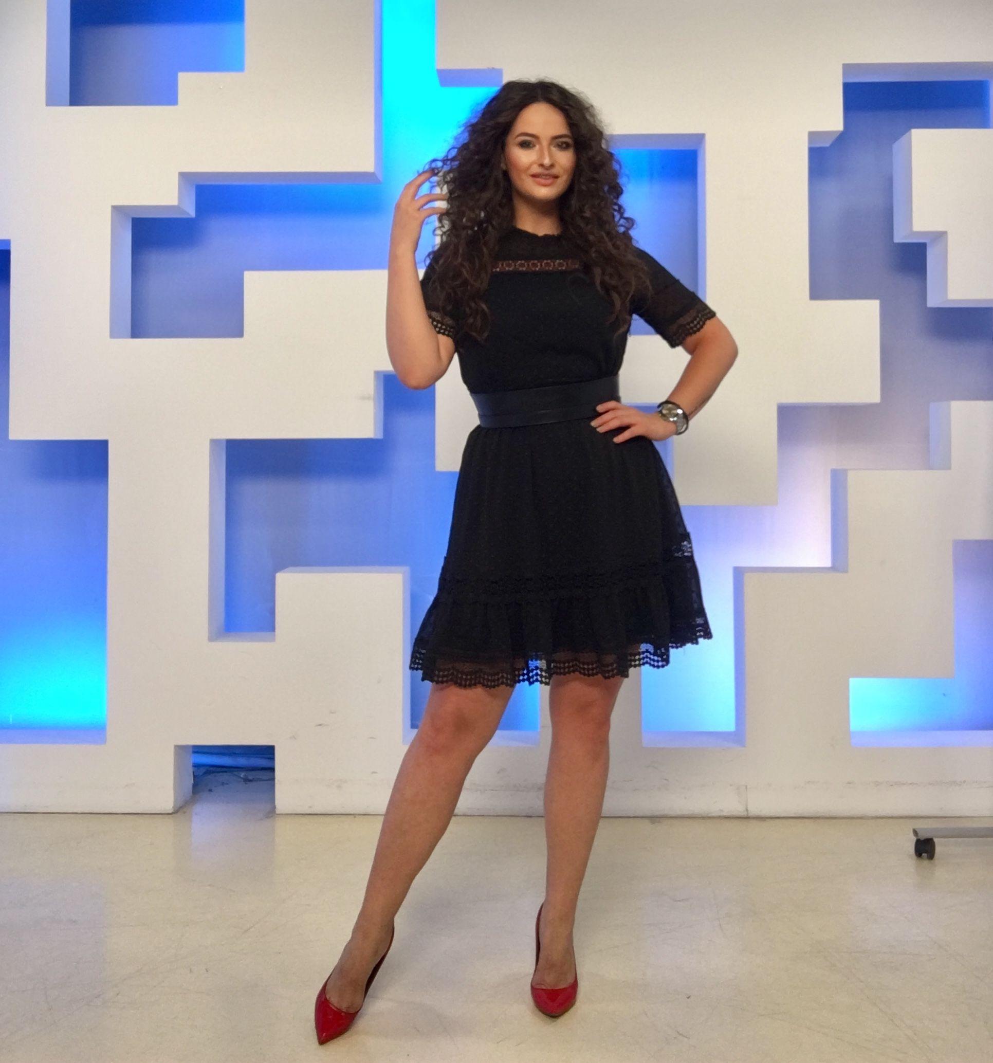 Sunați La 1204 Pentru A Intra In Direct La Câștigați Acum Adelalupse Tv Host Television Castigatiacum Tv Black Dress Fashion Little Black Dress