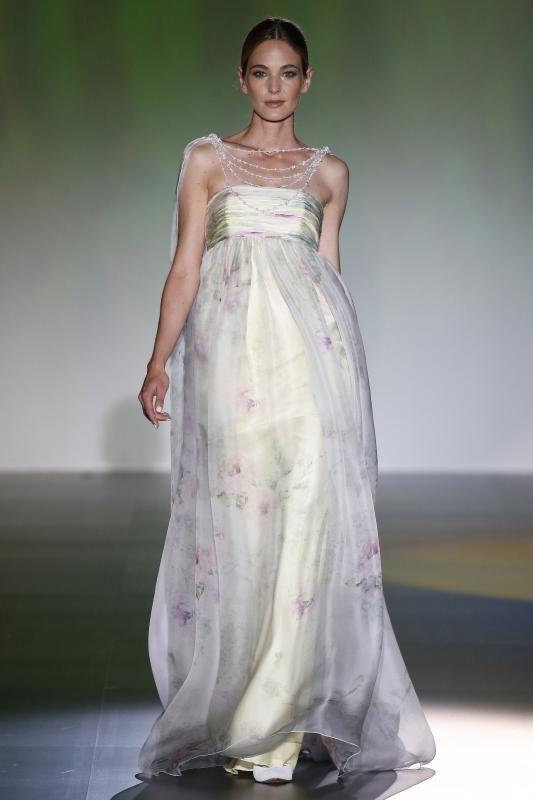 vestido de novia de la colección de isabel zapardiez presentado en
